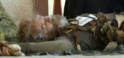 Feliciano (Leopoldo Pacheco) será encontrado caído em frente à igreja em O Sétimo Guardião
