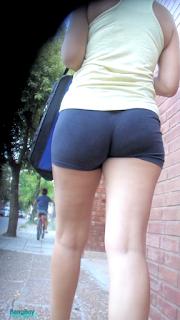 Bonita chica licra caminando calle