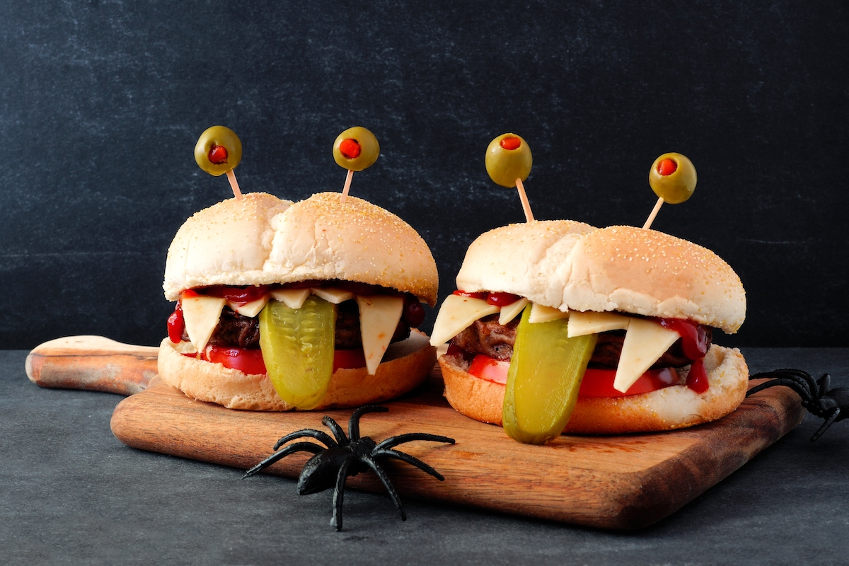 Hamburguesa decorada para halloween con forma de monstruo
