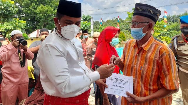 Bupati Pelalawan Serahkan BLT Secara Simbolis  Di Desa Bagan Laguh