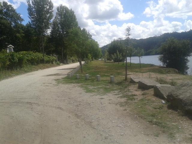 Estrada de terra ao lado da praia de Melres
