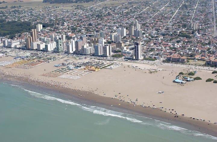 """No se permitirán """"aglomeraciones"""" en la playa ni se habilitarán boliches en la costa"""