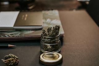 Frasco de vidrio, con cannabis.