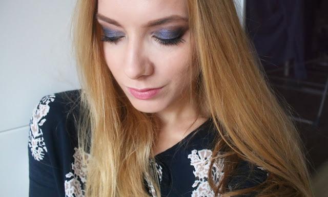 образ и макияж с синими тенями и черной подводкой