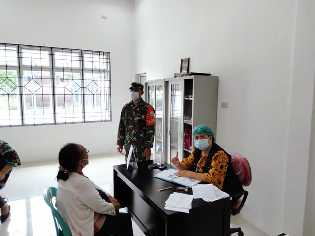 Saatnya Lansia Di Suntik Vaksinasi, Personel Jajaran Kodim 0207/Simalungun Turut Mendampinginya