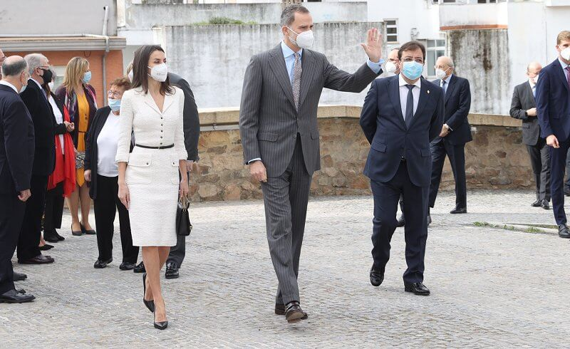 Queen Letizia wore a tweed dress from Felipe Varela, and leather toe pumps from Prada. Nina Ricci Marché Chaine medium leather shoulder bag