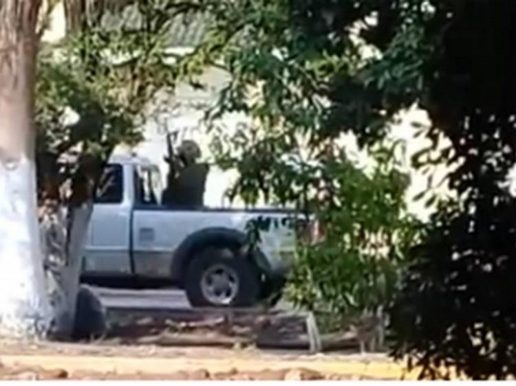 """VIDEO: Reportan fuerte balaceras entre sicarios de """"Los Viagras"""" y Templarios en Parácuaro, Michoacán"""