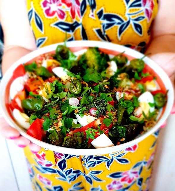 Pimientos de padron,papryczki pimientos,hiszańskie papryczki,papryczki z patelni,sałatka na grilla,szybka sałatka na grilla,sałatka na imprezę,z kuchni do kuchni blog kulinarny,sałatka z brokułem,