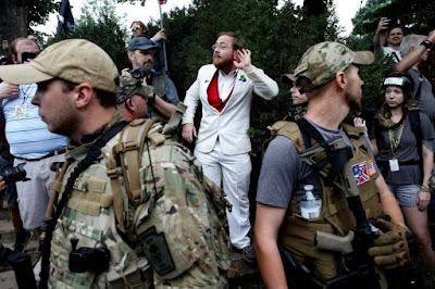 Por que os EUA permitem manifestações nazistas?