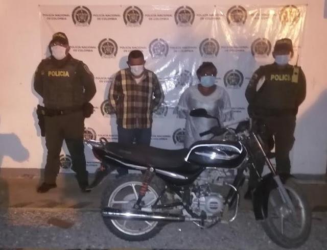 hoyennoticia.com, En Cuatro Vías les quitaron la pistola y la moto