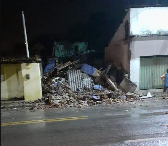 FOTOS: Prédio comercial desaba após fortes chuvas em cidade do RN