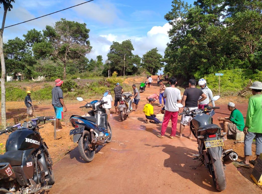 Karang Taruna Tuah Bakti Bersama Pemerinta Desa Linau dan Warga Melakukan Gotong Royong
