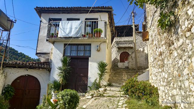 Antiguas casas de Mangalemi, Berat - Albania, por El Guisante Verde Project
