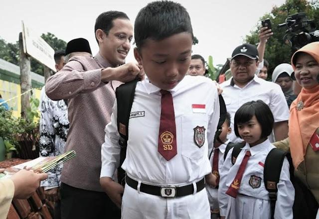 Menteri Nadiem Anwar Makariem saat memberikan bantuan secara langsung - kabarbantuan.com