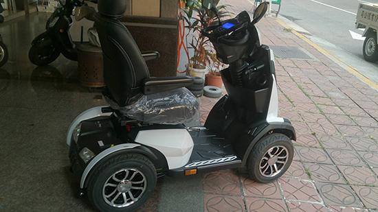 電動代步車也有比照汽車等級的包覆式皮質坐椅?高檔體驗果然不一樣!
