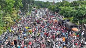 Demi Menjaga Kondusifitas Kota Surabaya Kasatlantas Polrestabes Surabaya Turut Amankan Aksi Demo Tolak Omnibuslaw