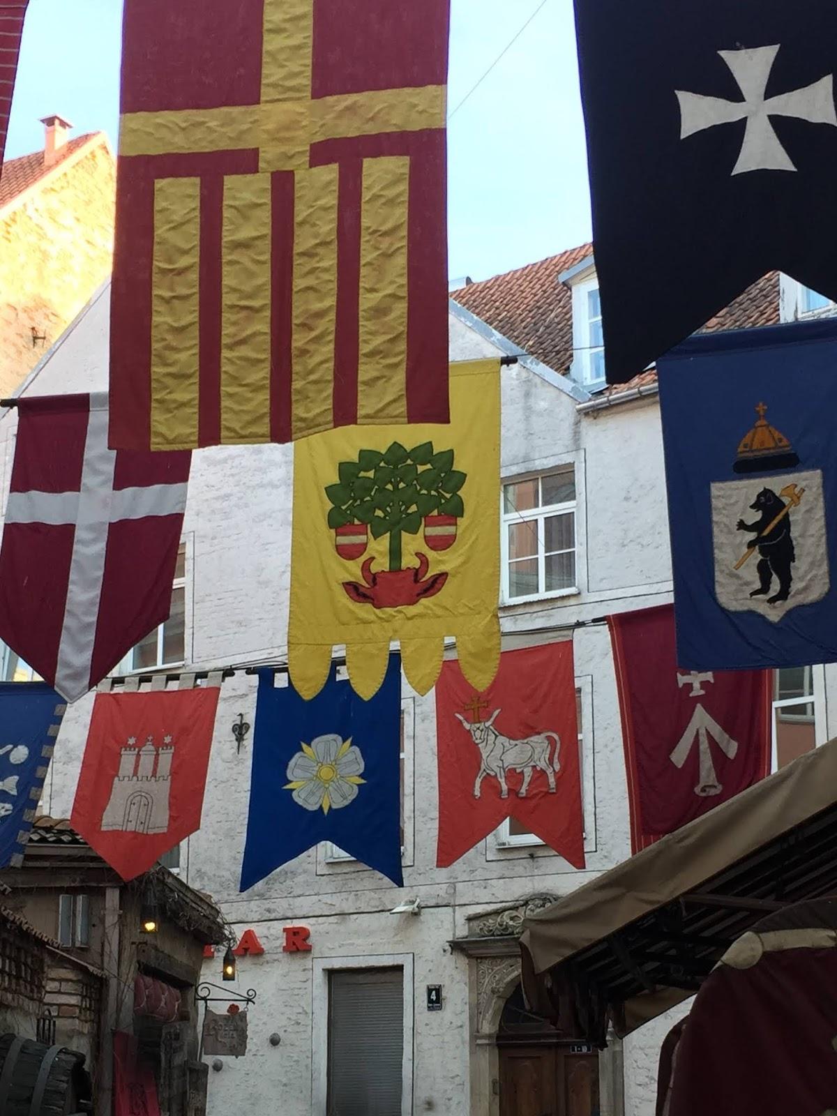 Stendardi medioevali nella città vecchia