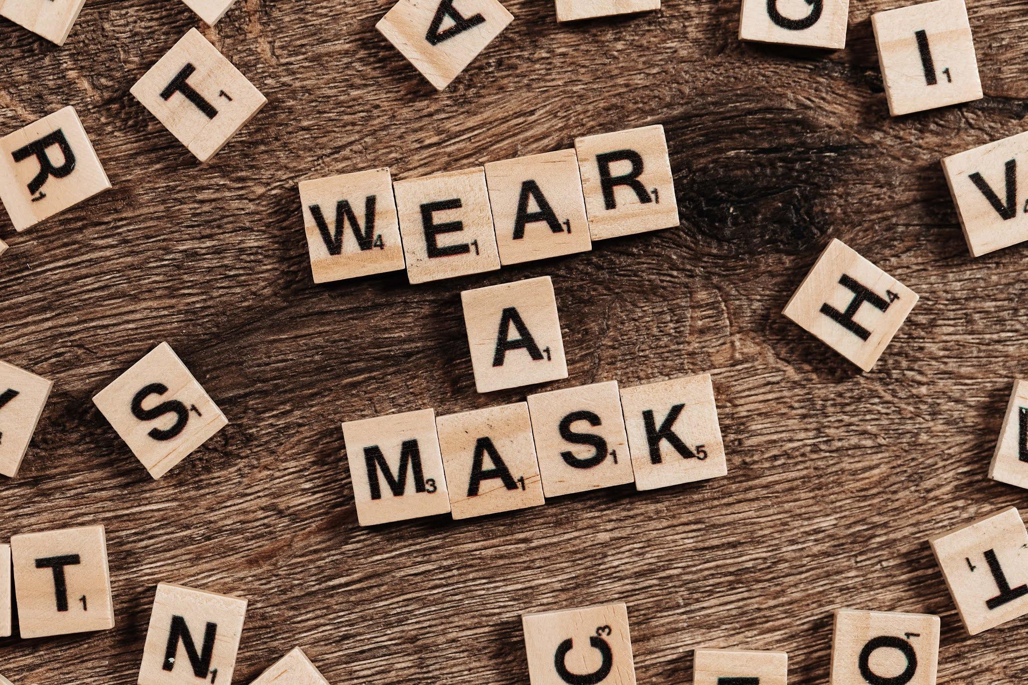 scritta wear a mask per il coronavirus fatta con i tasselli dello scarabeo