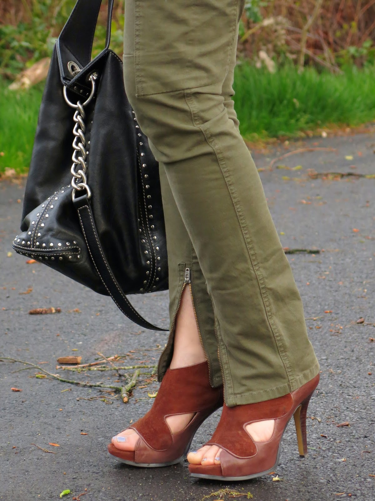 skinny cargo pants and accessories