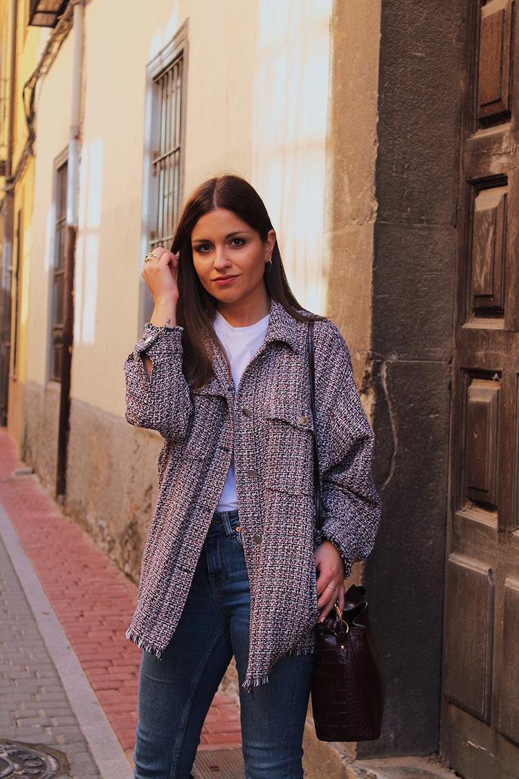 Sobrecamisa tweed & botas altas moda
