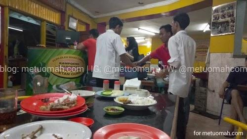 Karyawan membersihkan meja Ayam bahagia 71