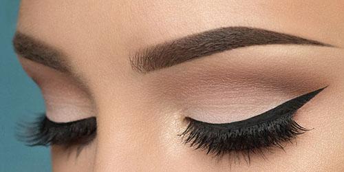 Ojos maquillados con eyeliner y pestaña postiza