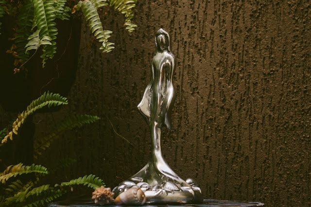 escultura de iemanjá no altar