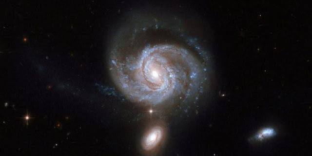 NASA, ESA, the Hubble Heritage Team (STScl/AURA)-ESA/Hubble Collaboration and A. Evans (University of Virginia, Charlottesville/NRAQ/Stony Brook University) Galaksi ini memiliki dua lubang hitam di pusatnya.