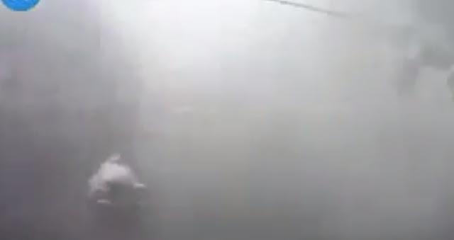Cảnh tượng bão số 5 gây gió giật khủng khiếp ở Huế, cây lớn bị quật ngã xuống đường