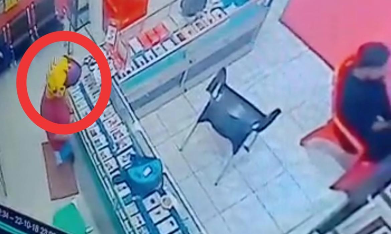 VIDEO: Pria Bertato di Bone Terekam CCTV Mencuri HP