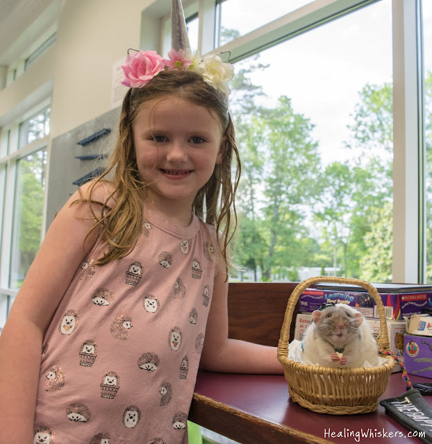 Vincent the Therapy Rat reading with kids at the Chattooga County Library