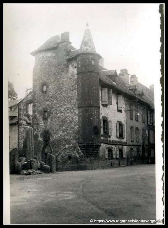 Photo noir et blanc :   la maison de Flogeac Salers, Cantal, 15.