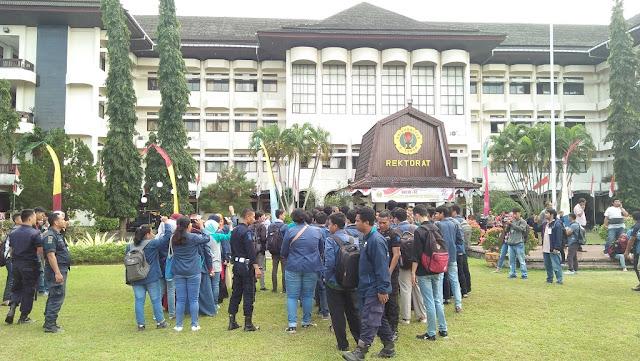 Gara-gara Hal Ini, Mahasiswa Serbu Rektorat Unram