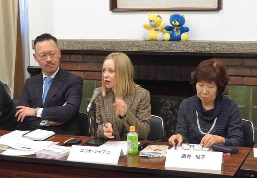 Юлія Дзябко на грудневому засіданні Асоціації україністів Японії презентувала «Японсько-український словник соціолінгвістичних термінів», який вона уклала за результатами свого дисертаційного дослідження із соціолінгвістики