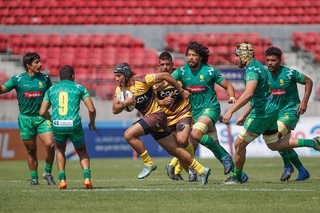 Atletas do Cobras Brasil XV em disputa com os Cafeteros Pro em partida pela Superliga Americana de Rugby