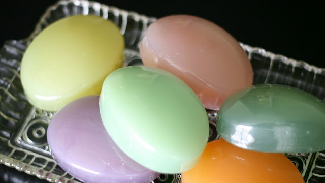 Sabun berwarna-warni secemerlang berlian