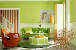 sala con mucho color