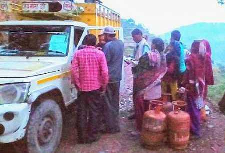 बागेश्वर के जैनकरास गांव में पहली बार पहुंचा रसोई गैस का वाहन, लोगों में ख़ुशी का माहौल