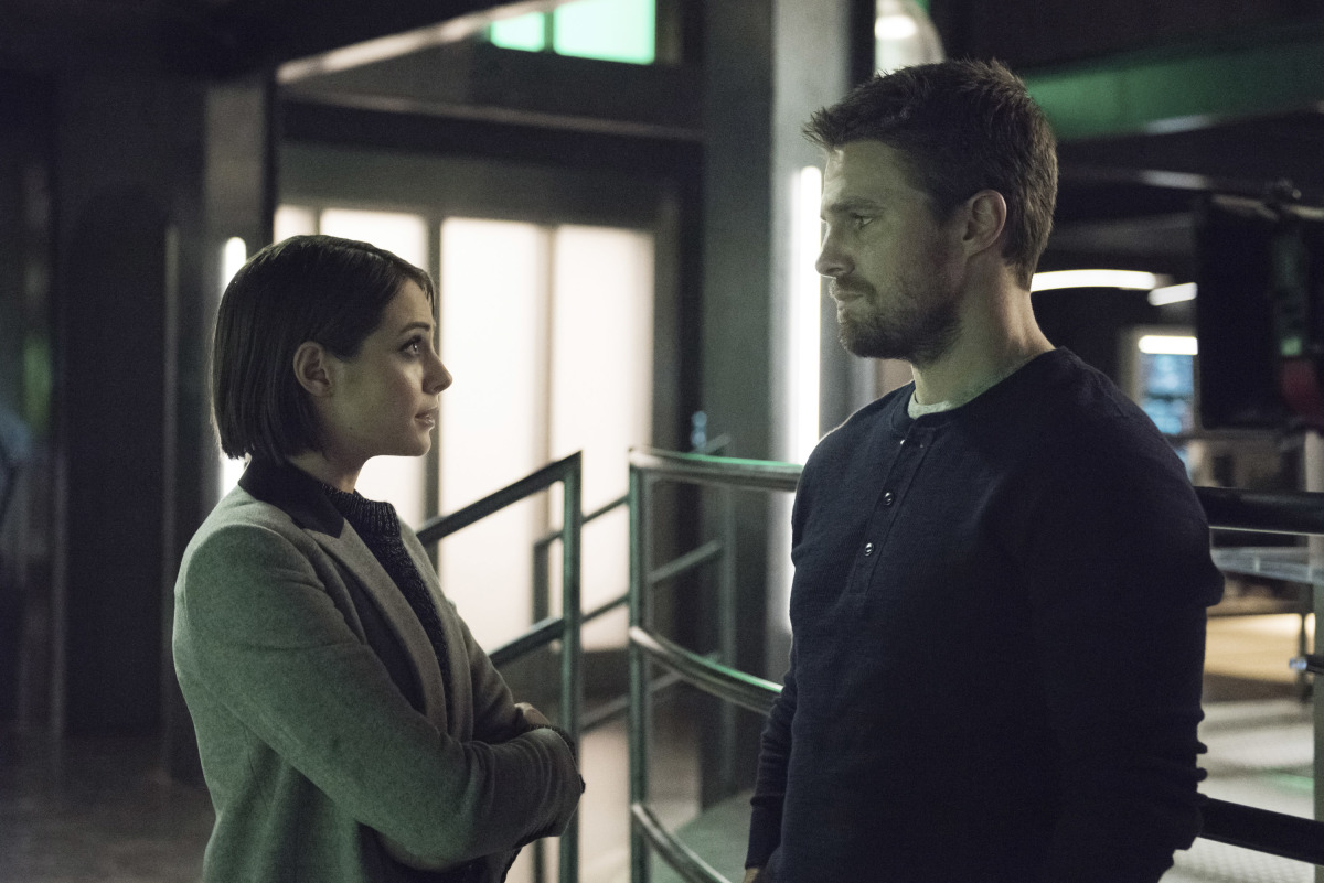 Willa Holland and Stephen Amell en Arrow
