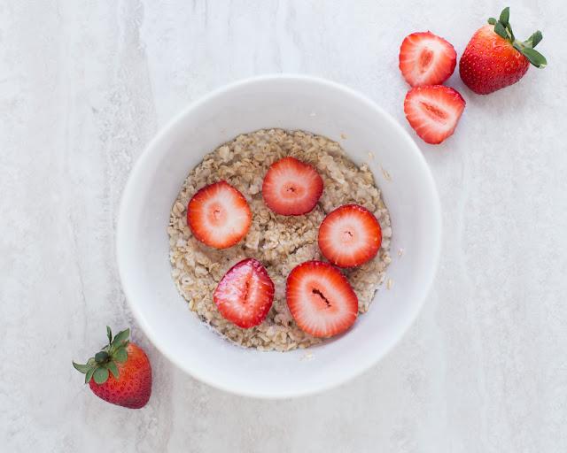 Mein Frühstück besteht aus Obst und Porridge.