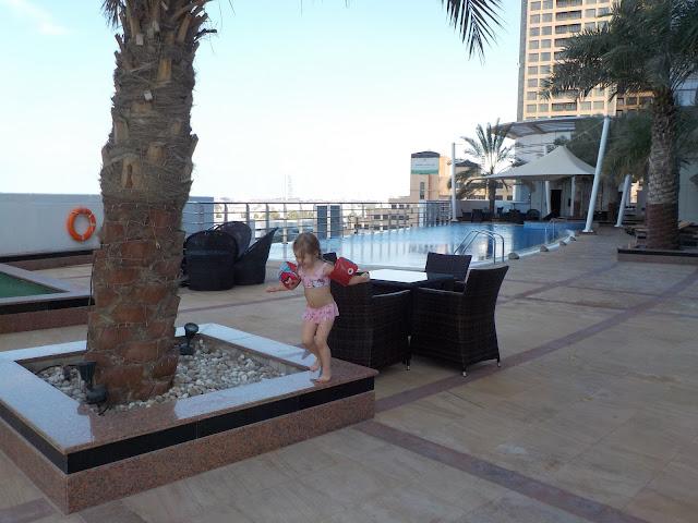 hotellissa on uima-allas katolla, mutta jääkylmää vettä