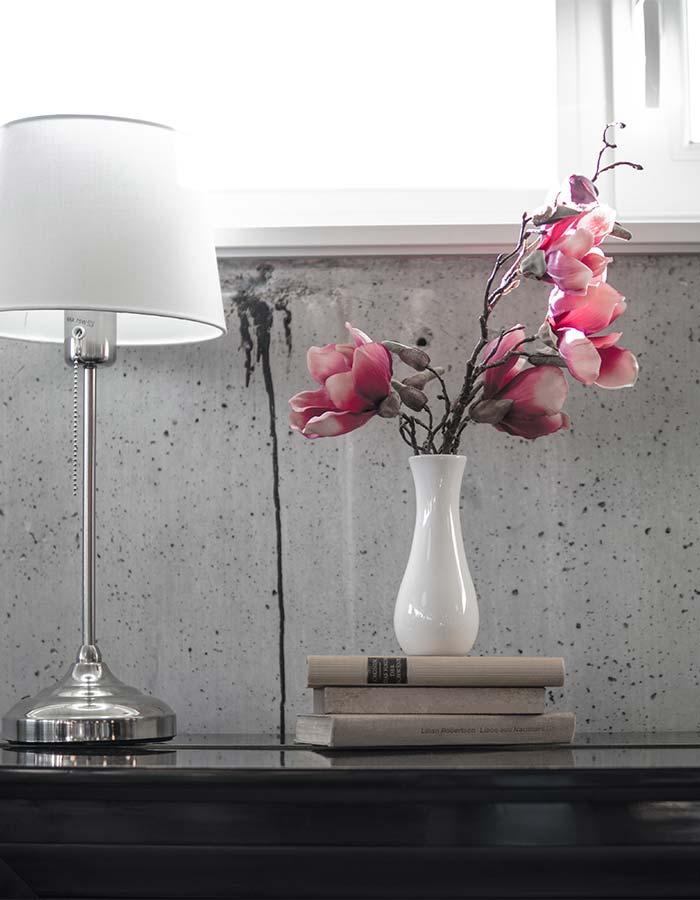Inspiração de flores e livros na decoração do ambiente