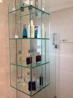 foto de Nicho de vidro para banheiro com colagem uv