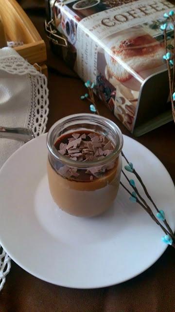 Crema de café en vasito con yogur de café, nata y leche condensada. Receta de postre sin horno, fácil, rápida y sencilla.