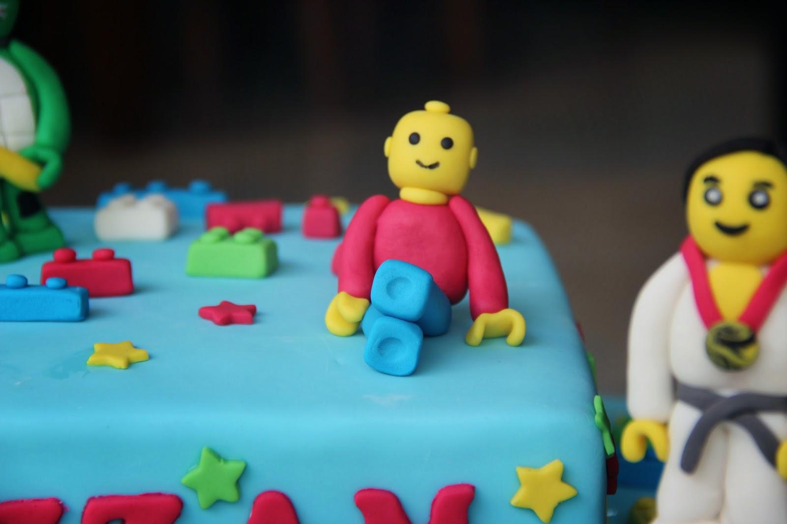Kue Lego, Figurine kecil-kecil ala Lego