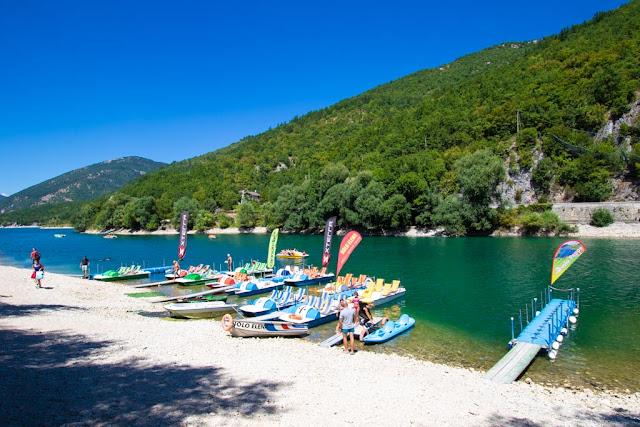 Lago di Scanno a forma di cuore dal basso-Zona noleggio pedalò