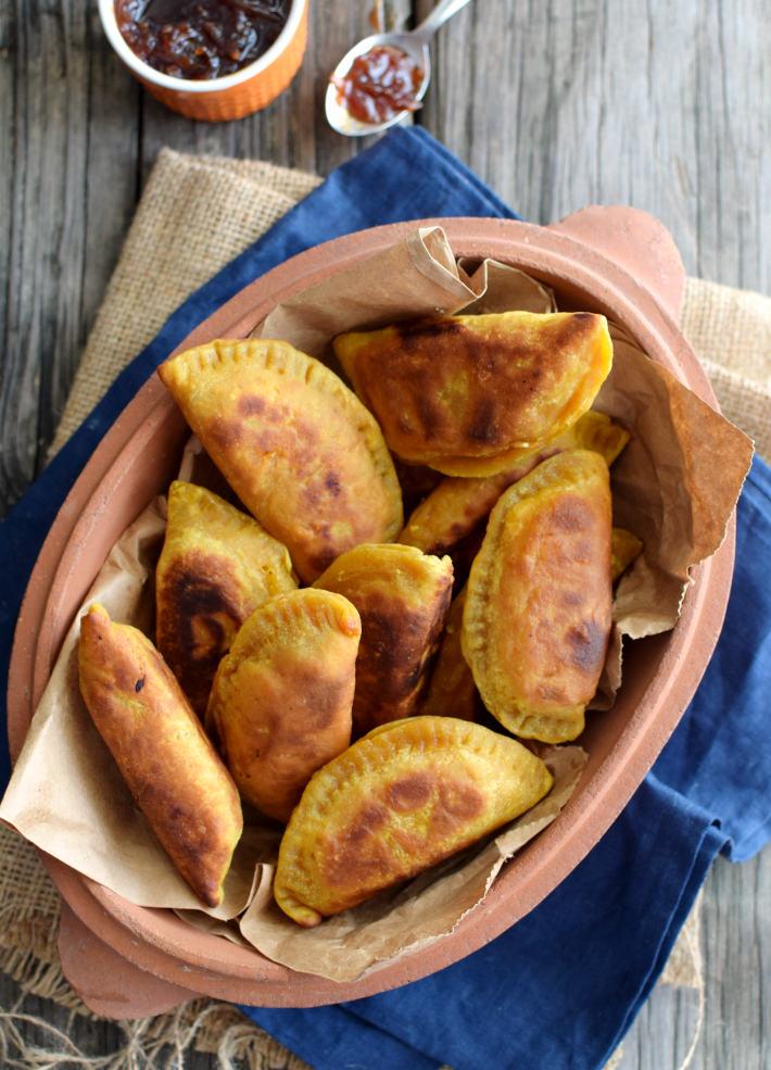 Samosas de vegetales con curry servidas con chutney de mango
