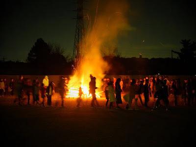 夜は小学校で肝試しと大たき火!