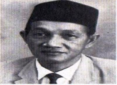 Biografi Idham Chalid   Biodata   Nama : KH. Dr. Idham Chalid  Lahir : Satui, Kalimantan Selatan, 27 Agustus 1921  Alamt: Jalan Fatmawati,Komp.Darul Ma'arif Jakarta Selatan     Biografi   Idham Chalid adalah salah satu politisi Indonesia yang berpengaruh pada masanya. Ia pernah menjabat sebagai Wakil Perdana Menteri Indonesia pada Kabinet Ali Sastroamidjojo II dan Kabinet Djuanda. Ia juga pernah menjabat sebagai Ketua MPR dan Ketua DPR. Selain sebagai politikus ia aktif dalam kegiatan keagamaan dan beliau pernah menjabat Ketua Tanfidziyah Nahdlatul Ulama pada tahun 1956-1984.  Idham Chalid lahir pada tanggal 27 Agustus 1921 di Satui, bagian tenggara Kalimantan Selatan. Ia merupakan anak sulung dari lima bersaudara. Ayahnya H Muhammad Chalid, penghulu asal Amuntai yang sekitar 200 kilometer dari Kota Banjarmasin. Saat usia Idham enam tahun, keluarganya hijrah ke Amuntai dan tinggal di daerah Tangga Ulin, kampung halaman leluhur ayahnya.  Sejak remaja, Idham Chalid sudah berkiprah dan berkarier di PBNU dan terus menanjak. Ketika NU masih bergabung dengan Masyumi (1950), ia menjadi ketua umum Partai Bulan Bintang Kalimantan Selatan. Sementara itu, ia juga menjadi anggota DPR RIS (1949-1950). Dua tahun kemudian, Idham terpilih menjadi ketua Lembaga Pendidikan Ma'arif NU (1952-1956). Kemudian, ia dipilih menjadi Ketua
