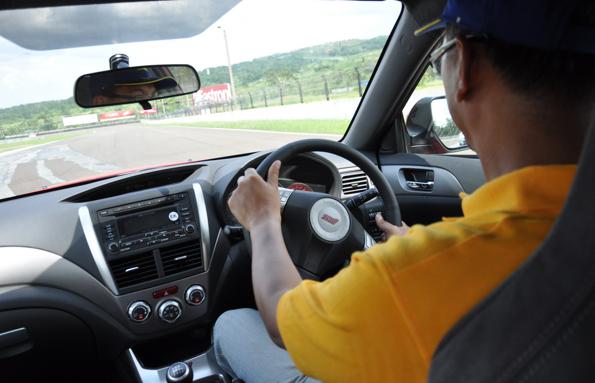 Tips Mengemudikan Mobil Manual Bagi Pemula